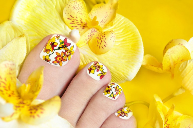 Pedicure-with-orchids-in-the-womens-legs1-800x533