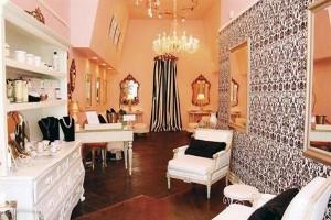 Salon nail màu hồng, màu trắng và phong cách Pháp