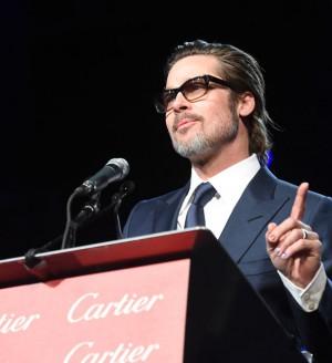 Brad Pitt sơn móng cầu vồng trong liên hoan phim quốc tế Palm Springs