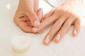 Cách chăm sóc móng tay để lấy lại vẻ đẹp tự nhiên
