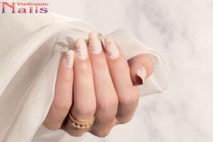 Mẫu móng tay cô dâu vòng nguyệt quế độc đáo
